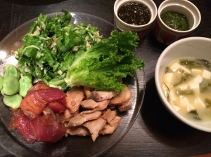 20:30 夕食 カツオの漬け、ブリ焼き、サラダ、豆腐の味噌汁、もずく酢、めかぶ
