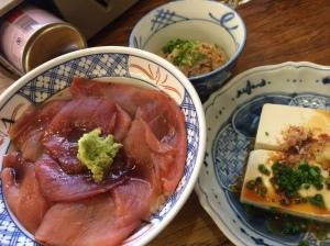 昼食:マグロ漬け丼 豆腐 納豆 海苔味噌汁