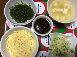 夕食 たまごとうふ麺、もずく、こんにゃく麺、味噌汁、コールスロー