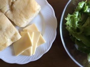 朝食2 フォカッチャ チーズ サラダ